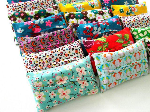 Stof rond tissuedoos of vochtige doekjes.