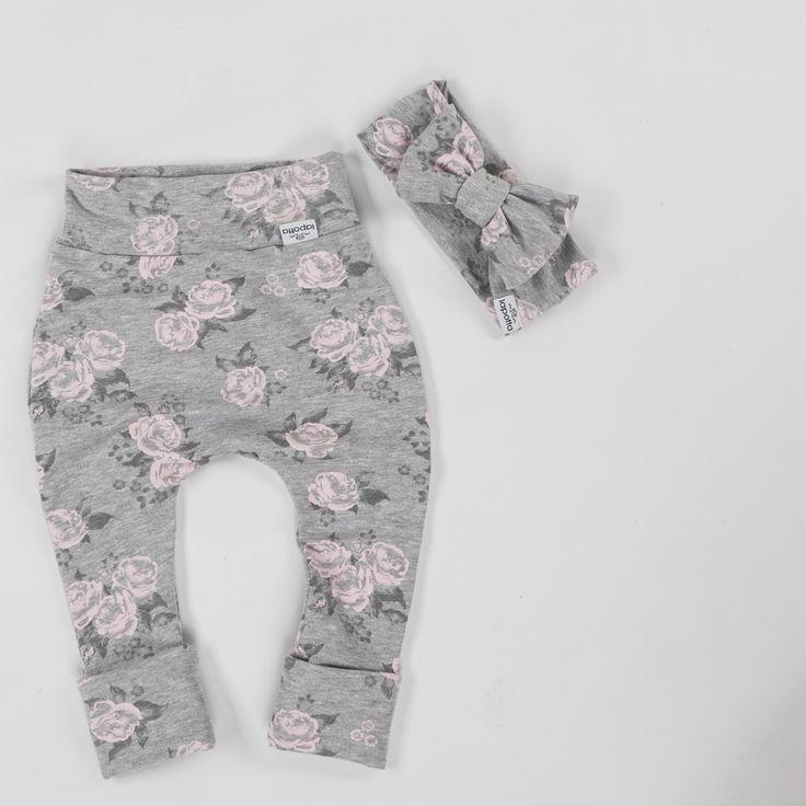 Einer der beliebtesten Stoffen bei mir hier ist dieser mit zarten Rosen...Habe auch die gleichen Rosen, aber in schwarz in den Shop einziehen lassen➡️➡️➡️➡️www.lapotta.com⬅️⬅️⬅️aber auch hier sind die Stoffe noch mal anzusehen ☀️☀️☀️@lapotta_stoffe☀️☀️☀️ . Wie gefällt er Euch, meine Süßen? Genießt den Abend noch😘😘😘 . Einen direkten Link zu diesem Artikel findet Ihr in meiner Bio❤️❤️❤️ . #lapotta #handmade #kindermode #babymode #strampler #romper #babyhose #stirnband…