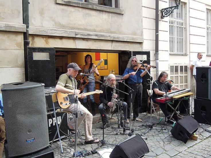 Plastic People of the Univers -  K příležitosti oslavy 18. výročí založení naší sousedské hospůdky U zavěšenýho kafe se dne 7.6. 2012 konal na Úvoze neoficiální koncert skupiny Plastic People.