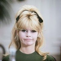 Brigitte Bardot, semirrecogido con lazo http://cuchurutu.blogspot.com.es/2014/02/peinada-con-lazo.html