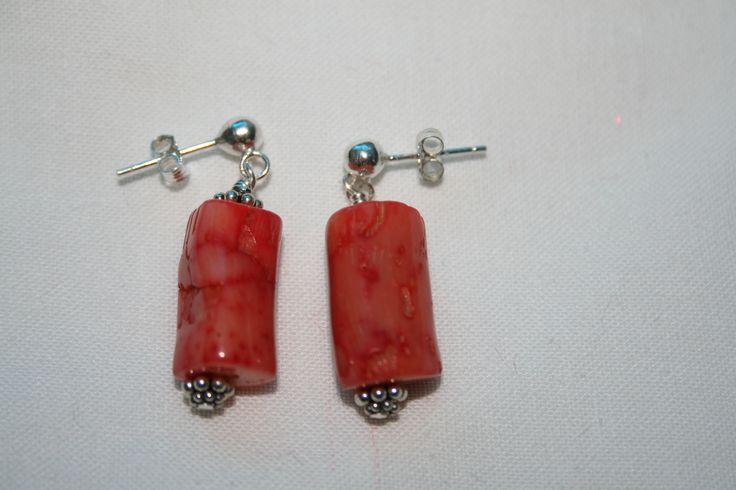Zilveren koraal oorbellen/ Silver earrings with red coral.