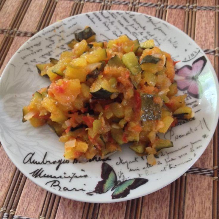 Calabaza (yucateca) frita.  Ingredientes: 1 calabaza mediana 2 tomates 1 chile dulce chico 1/4 de cebolla 1 xcatic (El xcatic es un chile que suele picar bastante. Si no comen picoso, se agre…