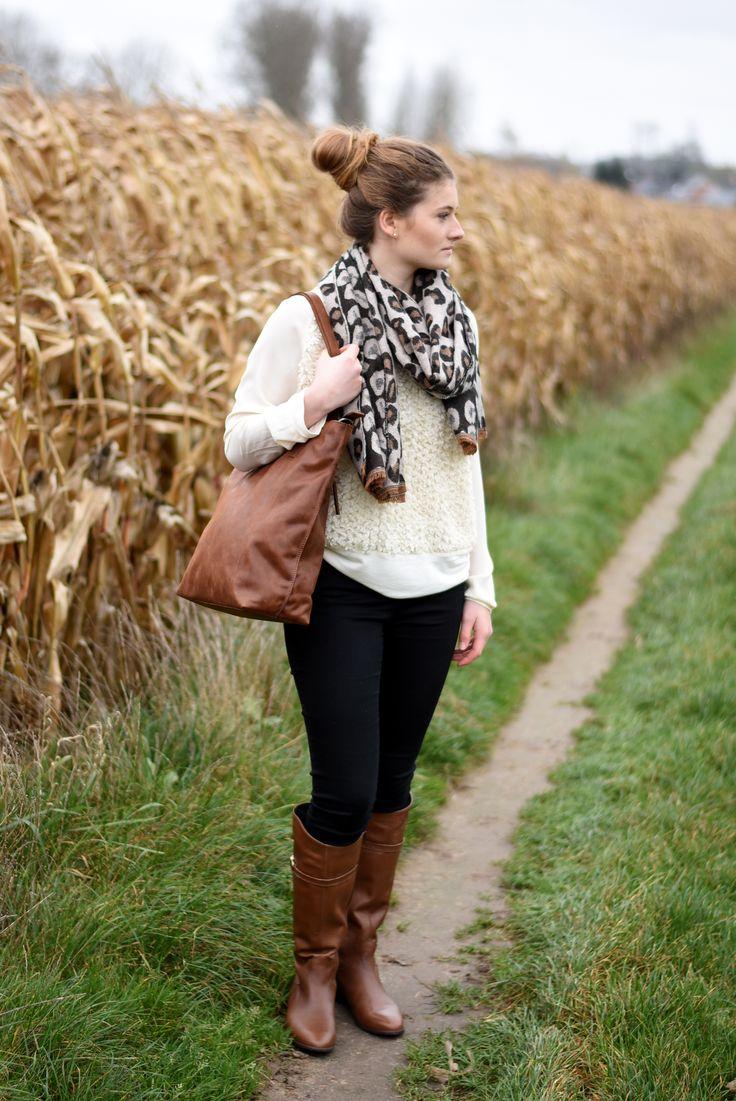 Elegante outfit voor naar het werk: skinny jeans met losse trui of oversized cardigan en lange laarzen van P.I.U.R.E. | Brantano