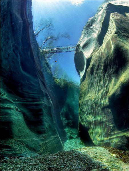 Râul Verzasca din Elveția. Apa este atât de limpede încât puteți vedea absolut totul
