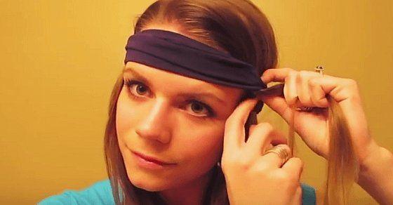 Sie zieht ein Haarband über ihren Kopf und steckt ihr Haar hinein. Als sie es am Morgen abnimmt? Umwerfend!Dieser einfache Trick zaubert natürliche Locken ohne dein