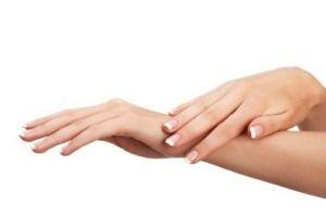 Recept Hand en Nagelriem Crème. In de zomer hebben we er vaak last van. Of als we veel met onze handen in het water hebben gezeten: Droge harde nagelriemen. Je krijgt de neiging om ze er dan van af te pulken. Niet doen! Verzorg ze met een eigengemaakte nagelriemen crème. Je handen en nagelriemen worden heerlijk zacht.