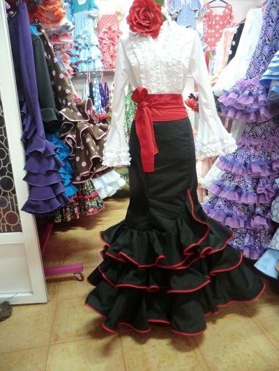 Traje flamenco de falda y camisa.