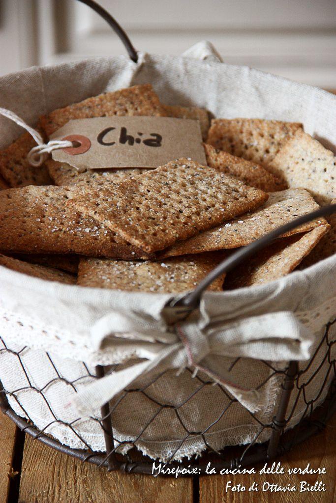 I cracker che vi propongo oggi sono arricchiti con i semi di chia (semi ricchi di omega 3 utili per il mantenimento dell'integrità delle membrane cellulari) dell' Erboristeria Puranatura di Torino.
