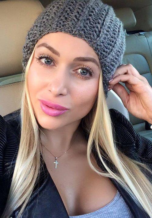 Módna blogerka Sissque miluje ružovú. Takto veľmi jej pristane cukríkový rúž Milani Colorstatement v odtieni 45 Catwalk Pink.