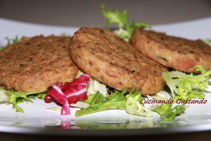 I Burger di tonno sono un delizioso secondo piatto molto saporito e semplice da preparare. Il piatto può essere servito sia caldo che freddo