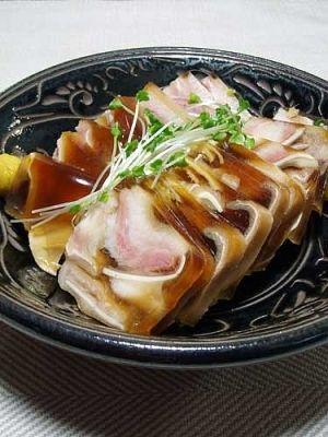 楽天が運営する楽天レシピ。ユーザーさんが投稿した「ミミガーの煮こごり」のレシピページです。美味しくコラーゲンは取りたいが豚足はハードルが高い、そんな人のために豚耳を煮こごりにしました。豚耳の煮こごり。豚耳,醤油,日本酒,オイスターソース,八角,酢,塩,生姜