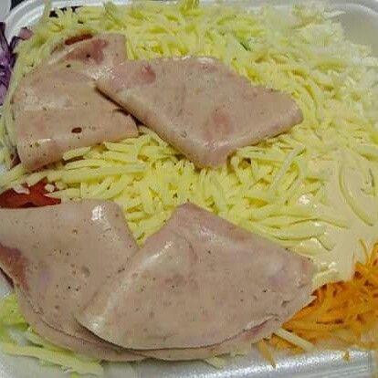 Hezký večer pažitkáři!  Jeden nejmenovaný zákazník si objednal dovoz domů v jedné nejmenované restauraci. V jídelním lístku si vybral salát se šunkou a sýrem. Tak kolik byste za tento salát byli ochotni zaplatit?  Co číkáte na foodstyling??? :D Vyptána cena: prý 73 + krabička, asi vím, co si zítra objednám k obědu, jestli to nebyl blbej JOKE!