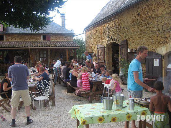 Frankrijk, Dordogne- Camping Domaine des Mathévies*** - kleine gezellige camping met eenvoudige maar smaakvollege gerechten. Organiseren leuke wekelijkse activiteiten zoals BBQ en kampvuur. Chalets, mobile homes en camping. Met zwembad.