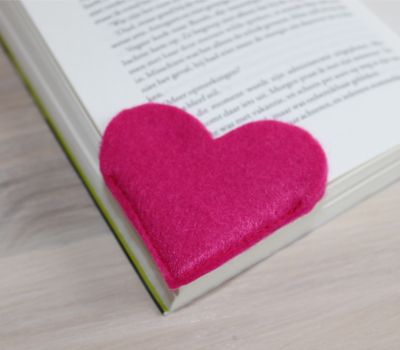 Easy and Cute DIY Felt Heart Bookmark #diy #crafts #howto #tutorial #felt #bookmark #heart