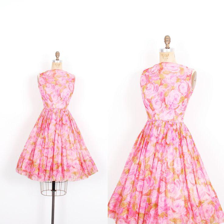 Vintage jaren 1950 jurk / 50s Rose Print zijde Chiffon partij jurk / Pink (kleine S)  Prachtige jaren 1950 zijde chiffon partij jurk gedaan in een mooie roze print in de kleuren helder roze en groen! Mouwloos jurkje beschikt over een hoge brede hals, ingerichte bodice, mooie V-vormige naadloos verlijmen aan de taille, volledige verzameld rok, scoop terug, en knie lengte. Pure roos gedrukte chiffon heeft een licht roze acetaat-voering. Metalen rits aan de achterkant.  Moderne groott...
