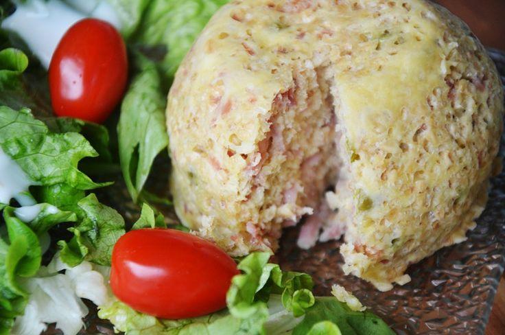Bowlcake salé jambon emmental - 10 UPP - parts : 40 g de flocons d'avoine - 1 œuf - 40 g de râpé de jambon - 20 g de gruyère râpé - 10 g de petits pois - 1 petit oignon haché - 3 CS de lait 1/2 écrémé - 1 pincée de levure