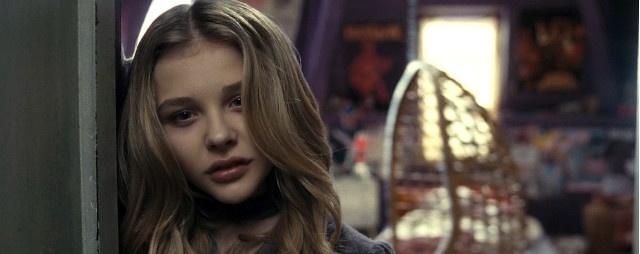 """Tempo fa era stata Catherine Hardwicke, regista del primo Twilight, a interessarsi all'adattamento del romanzo """"If I Stay"""" di Gayle Forman, per poi cambiare idea. Nella vicenda una ragazza musicista, con fidanzato rocker, rimane coinvolta in un grave incidente insieme ai suoi genitori. Sospesa tra la vita e la morte, deve decidere se abbandonarsi al suo destino o continuare a lottare. Sarà la lanciatissima Chloë Moretz (vista in Dark Shadows e futura nuova Carrie) a interpretare la…"""