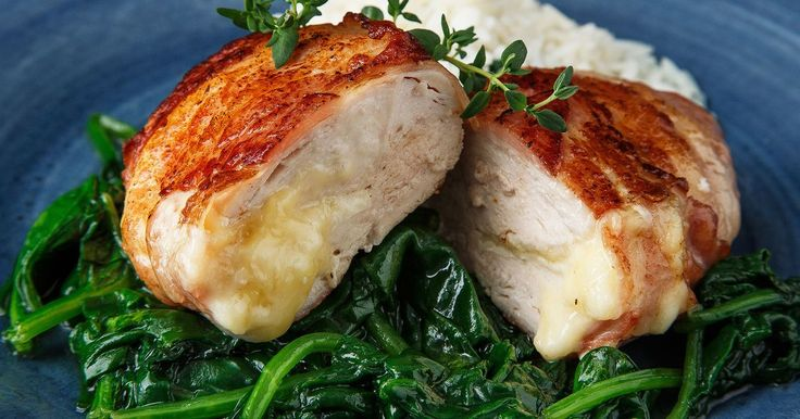 Baconsurret kyllingfilet fylt med brie er enkelt og smakfullt, og kombinasjonen bacon og ost er helt uslåelig! Smørdampet spinat er et smakfullt, supersunt og raskt  tilbehør til kylling. Bruk gjerne vår kvalitetskylling Lerstang fra Jacobs Utvalgte.