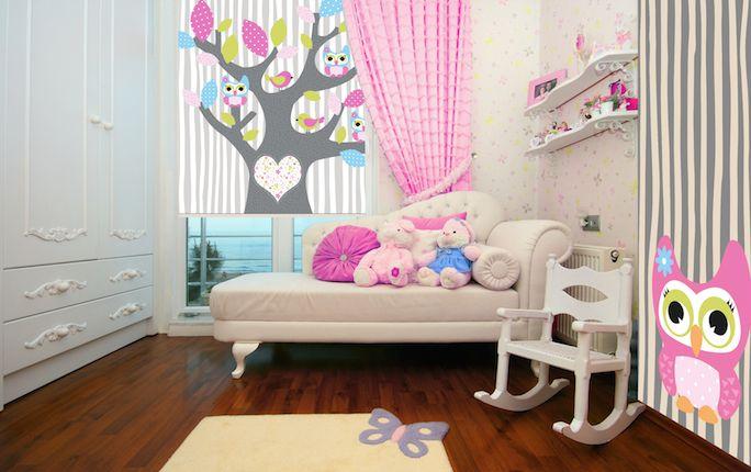 Piękne rolety okienny i dekoracyjne okleiny meblowe deKEA w pokoju dziecka