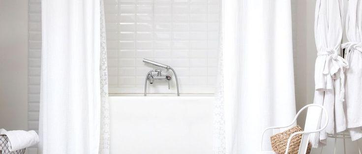 Propice pour les pièces un peu étroites, comme la salle de bains, le blanc illumine l'espace. Il est aussi le symbole de la propreté et offre à la salle de bains une atmosphère sereine et douce. Parcourez toutes nos idées pour une salle de bains blanche et déco.