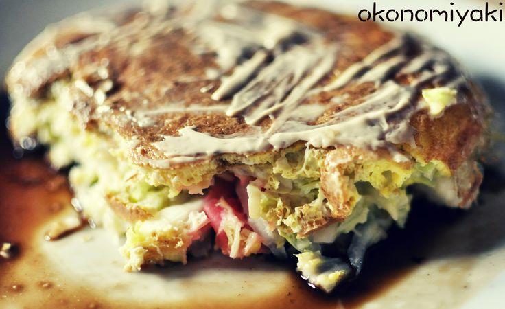 Autre plat japonais que vous pouvez partager à deux, c'est l'Okonomiyaki, une sorte d'omelette ou pizza japonaise, celle que nous avons fait est du style d'Osaka mais il existe aussi le style d'Hiroshima. La sauce marron est un peu ratée (car trop liquide) sauf la mayonnaise mais c'est très bon. Le truc rose que vous voyez c'est du gingembre, ça donne presque tout le goût au plat.  pour la recette en français : https://www.youtube.com/watch?v=2Yv7q7W3MT0