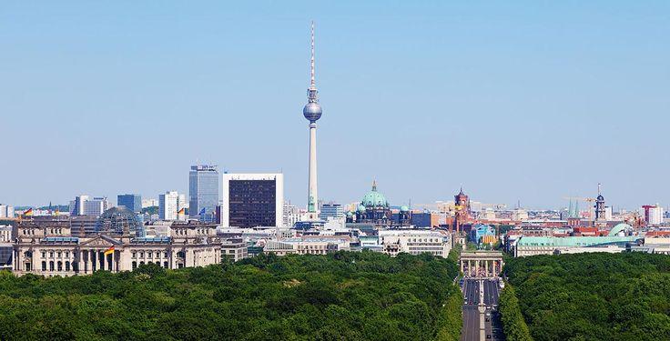 Berliner Innenstadt von der Siegessäule aus gesehen: links der Reichstag, in der Mitte der Fernsehturm und der Dom, rechts das Rote Rathaus und darunter das Brandenburger Tor von Thomas Wolf, www.foto-tw.de lizensiert durch CC BY-SA 3.0