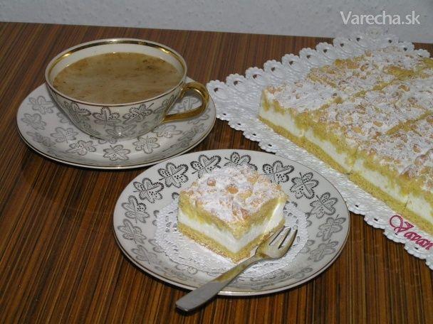 Kráľovský koláč Cesto: 400 g múka polohrubá 1 prášok do pečiva 150 g cukor práškový 250 g palmarín 4 žĺtky 1 KL .nastrúhaná citrónová kôra 1 PL smotana kyslá Plnka: 4 na sneh bielky 3 ks/180 g smotana kyslá 14-16% 3 ks cukor vanilkový 1 pudingový prášok smotanový 1 PL kopcom , / kukuričný škrob maizena