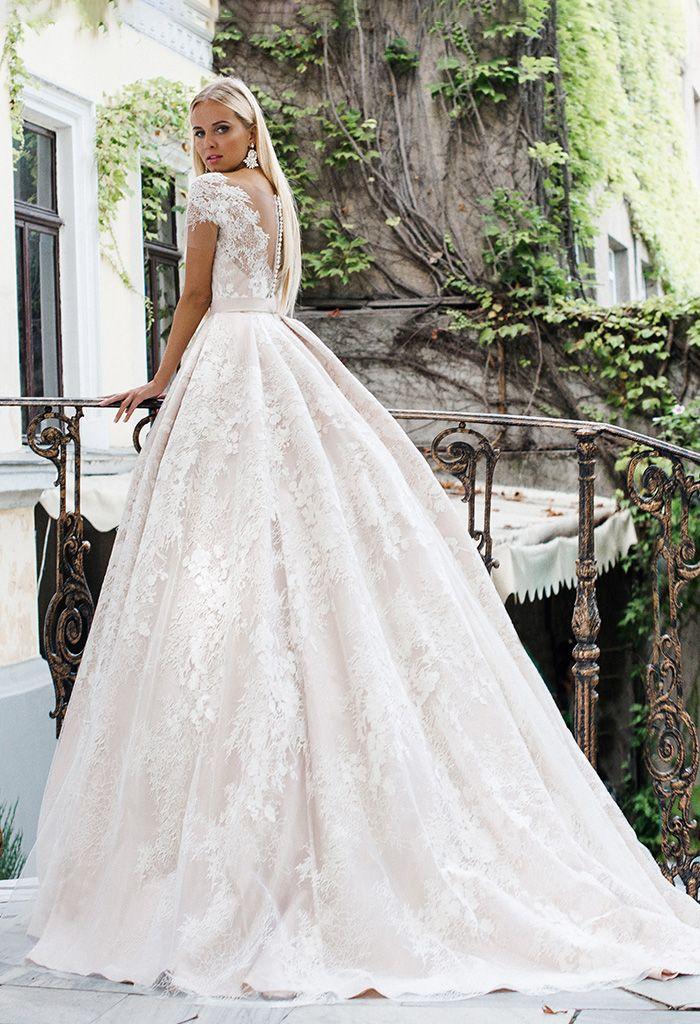 Пишне плаття з атласу-сатен глибокого пудрового кольору. Спинка закрита ( гудзики + блискавка). Ліф задекорований вишуканим мереживом з … 7338ebe0c0639