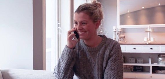 Celine Elholm ringer samboeren for å fortelle at de har vunnet et nytt bad!