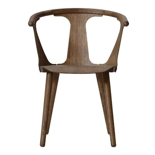 De In Between Stoel is gemaakt van eiken hout.  Afmetingen: h 77 x b 58 x d 54 cm. Armleuning hoogte: 70 cm. Zithoogte: 45 cm.