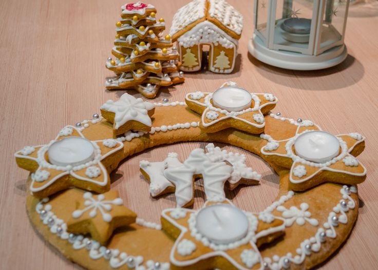 Gingerbread advent wreath and house with tree