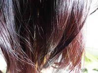 """Al contrario delle classiche tinture chimiche per capelli l'henné non penetra all'interno dei capelli ma si lega alla cheratina rendendo il fusto del capello più spesso, conferendo quindi un effetto """"volumizzante"""". Proprio per questo il diametro del capello aumenta e si ha una capigliatura più voluminosa e resistente alle aggressioni esterne. Inoltre non si otterrà mai una colore uniforme come quello delle tinte chimiche ma si avranno riflessi e sfumature diverse per ogni capello."""