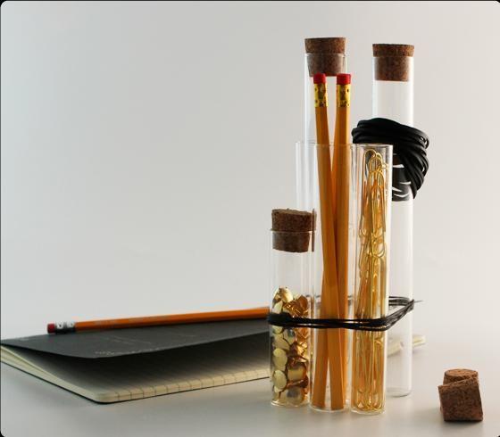Reagensglas i forskellige størrelser (vær opmærksom på, at de skal være flade i bunden, så de kan stå) Gummielastikker Fyld som fx blyanter, klips, knappenåle etc.