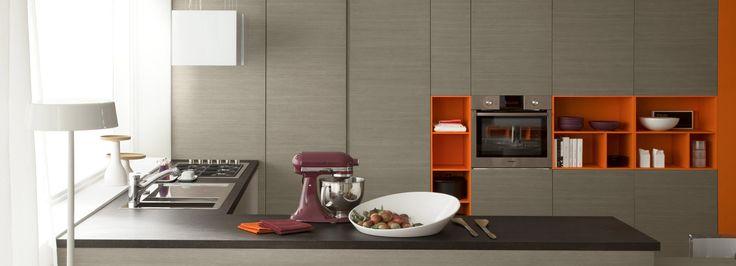Diseño de cocina con muebles abiertos en laca de colores vivos.