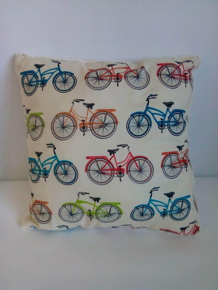 Poduszka kolorowe rowery na kremowym minky. Wymiary: ok 35x35cm. Ręcznie wykonane. Materiał strona kolorowa: 100% bawełna organiczna. Materiał strona minky: 100% poliester.
