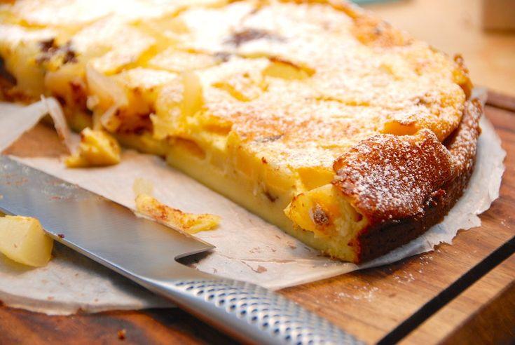 Clafoutis er i virkeligheden en meget nem fransk dessertkage, der kan minde om en stor pandekage med fyld. Her er den lækre clafoutis lavet med pære og chokoladestykker.  Clafoutis (udtales kla-fu-ti') er en skøn kage, der
