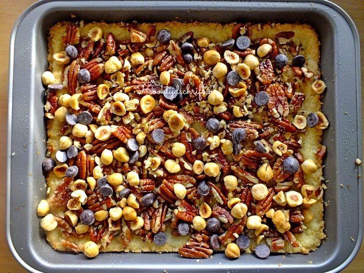 Deze plaatkoek met noten en kokos is heel makkelijk te maken en je kunt er noten voor gebruiken welke je nog in huis hebt. Ik zelf heb meestal wel pecannoten in huis en amandelen of hazelnoten en deze waren heerlijk op deze plaatkoek maar gebruik rustig walnoten of macadamianoten als je die in huis hebt. …
