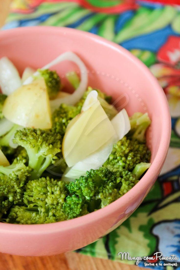 Salada de Brócolis e Batata. Clique na imagem para ver a receita no blog Manga com Pimenta.