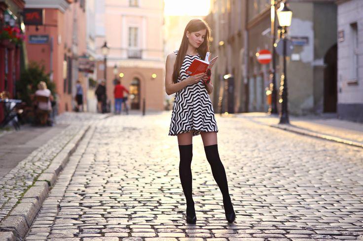 Czarno-biała sukienka, czarne zakolanówki i okulary w kształcie serc | Ari-Maj / Personal blog by Ariadna Majewska
