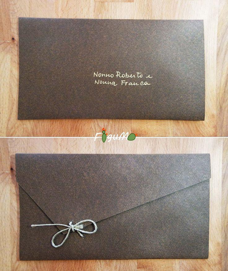 Invito per matrimonio, busta integrata chiusa con spago e nome degli invitati con scritta più chiara a contrasto.