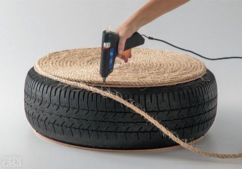 Quando terminar de cobrir a superfície de madeira, injete a cola na borda do disco e na borracha, para certificar-se de que esse encontro ficará bem escondido pelo sisal.