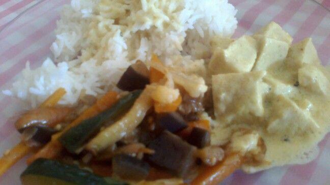 Tofu al curry con leche de coco, arroz basmati y salteado de verduras