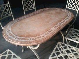 #Tavolo da #giardino in pietra, forma ovale, con base e sedie in ferro #battuto in stile #shabby. Produzione artigianale di www.ilsassodicalamati.it