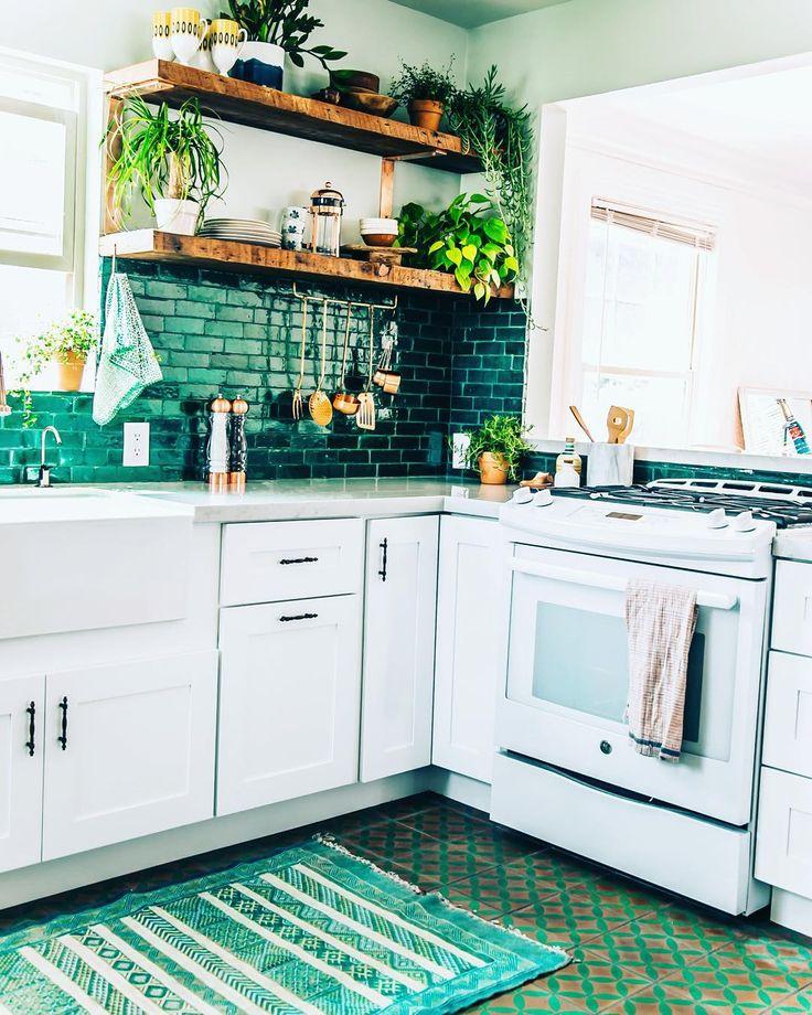 veredas.arq.br ---- Pin Inspiração Veredas Arquitetura ---  #cozinha #revestimento #prateleiras The Jungalow™ (@thejungalow) • Instagram photos and videos