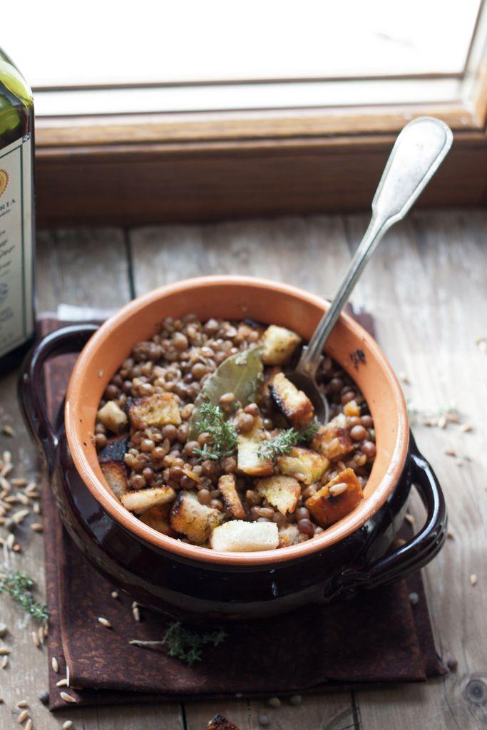 La zuppa di farro e roveja al timo è un piatto completo e generoso, aggiungi i crostini di pane croccante per renderlo ancora più saporito.