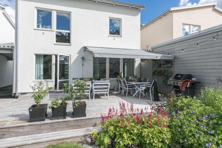 I vackra Bollstanäs ligger detta välplanerade kedjehus med öppen planlösning och med tillhörande carport och parkeringsplats för upp till tre bilar. I den