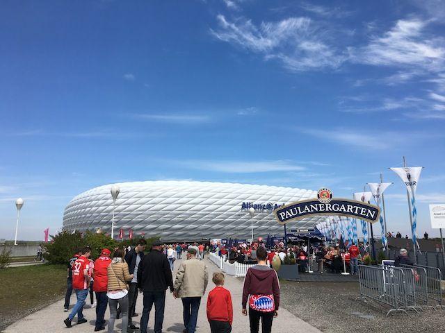 Ir a um jogo do FC Bayern de Munique na Allianz Arena é o sonho de muitos apaixonados por futebol como meu marido. E em nossa viagem para Alemanha, ele conseguiu realizar essa façanha. Pensa em uma pessoa feliz. O texto e...
