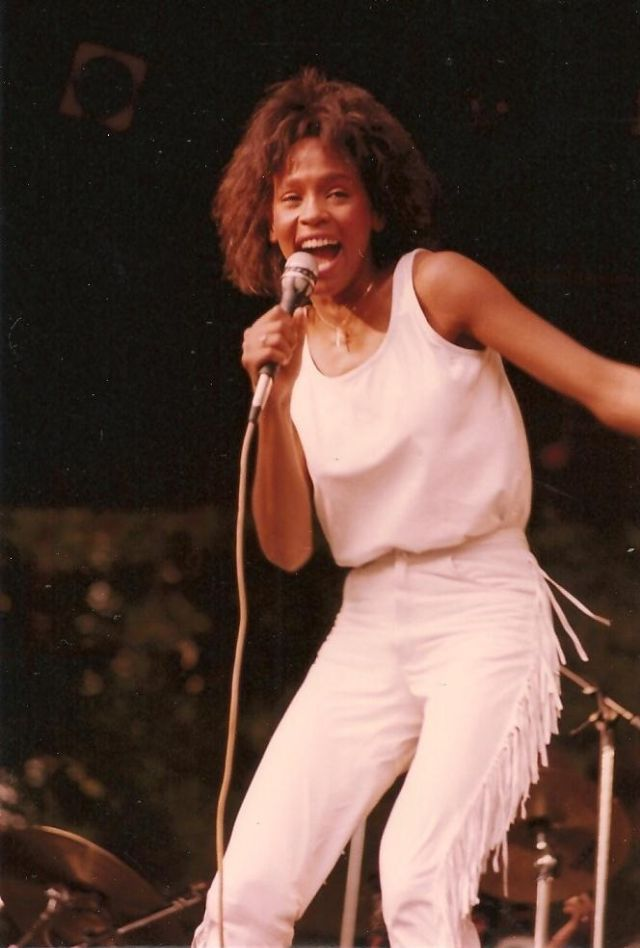 Young Whitney Houston Rare And Stunning Photos Of The Best Female Artist Of All Time In 2020 Whitney Houston Whitney Houston 80s Whitney