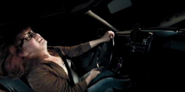 VR-Clip zeigt, wie gefährlich Alkohol am Steuer ist Mit Unterstützung von Johnny Walker und Samsung wurde die VR Experience namens Decisions produziert und auf Youtube veröffentlicht. Erzählt wird in diesem 360-Grad-Video die Geschichte einer Frau, die betrunken am Steuer einen Unfall verursacht, in dem viele Unschuldige verwickelt sind. Der VR-Film sollte am besten mit der Youtube-App auf einem VR-Headset betrachtet werden, damit er die volle Wirkung entfalten kann.