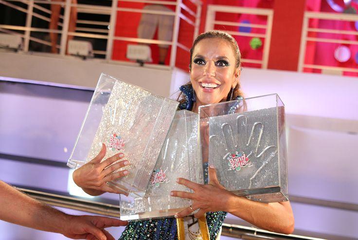 """Ivete Sangalo dedicou seu Carnaval ao cantor Netinho.   A cantora disse palavras emocionadas sobre a amizade dela com o cantor, em seguida começou a cantar """"Milla"""" com o apoio dos foliões que acompanhavam o bloco Coruja. Assista o vídeo no site da Band .."""